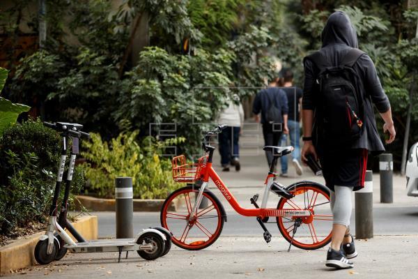 Tráfico quiere prohibir a patinetes y bicis circular y estacionar en las aceras